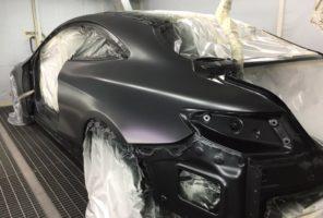 Applicazione primo strato base opaca in verniciatura Mercedes Classe S