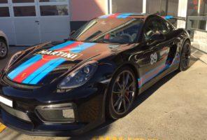 Porsche GT4 personalizzato con livrea Martini