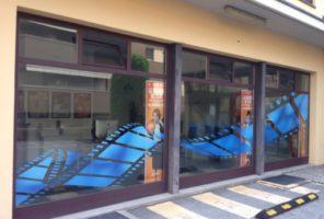 Decorazione di esterni vetrine con microforato