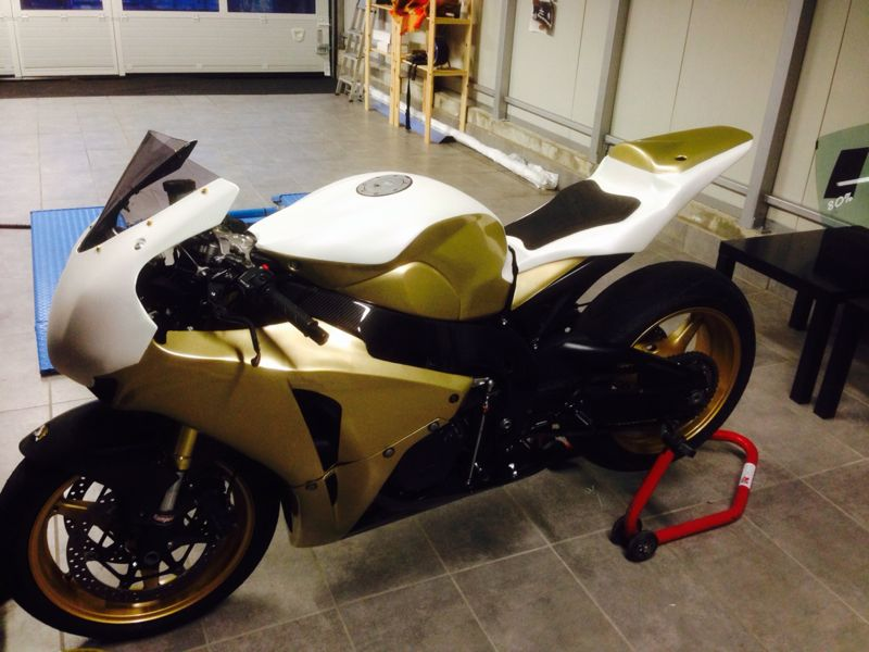 Car wrapping Honda CBR 1000 RR in carbonio bianco e oro glitterato