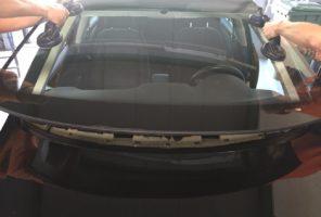 Fissaggio vetro parabrezza veicolo leggero