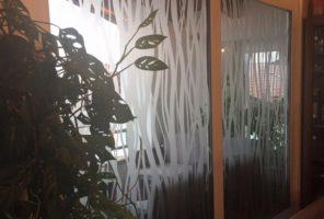 Personalizzazione e decorazione di vetri interni con pellicola smerigliante sabbiante