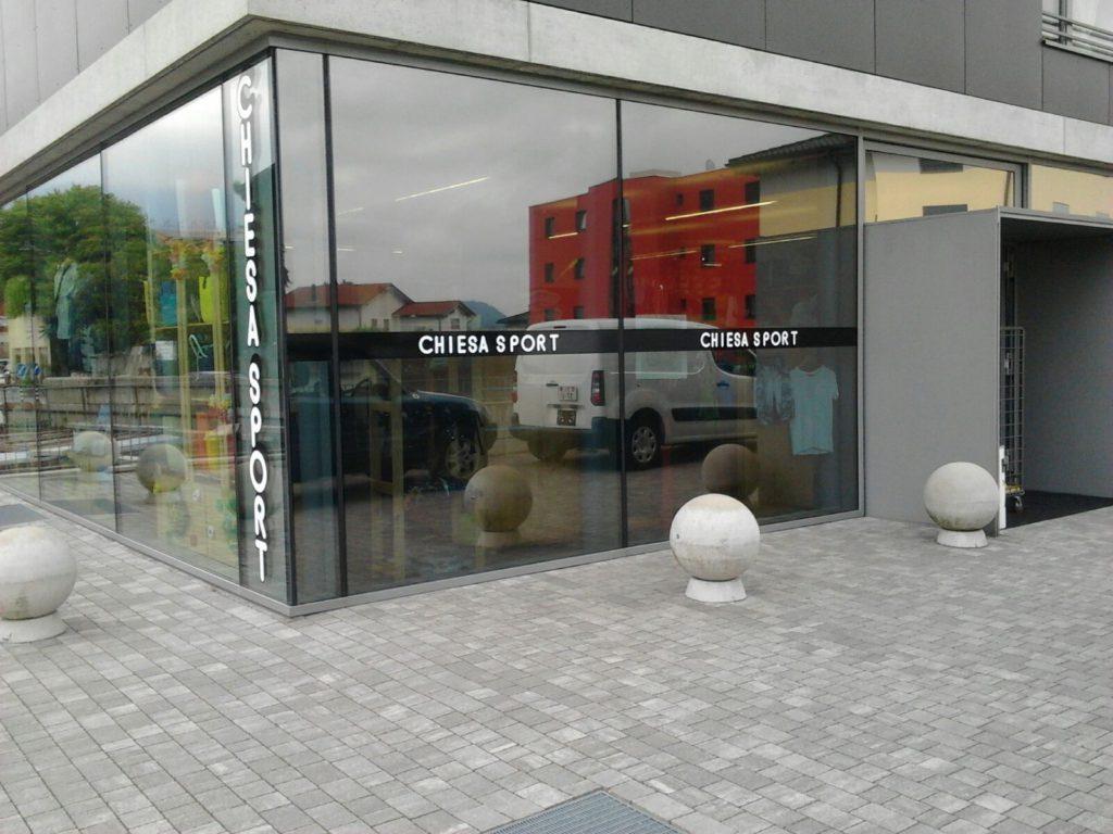 Decorazione di esterni come edifici pavimentazioni - Applicazione pellicole vetri finestre ...