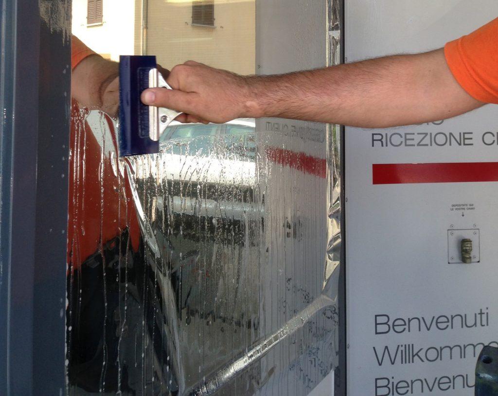 Decorazione e oscuramento vetri di edifici con pellicole - Pellicole adesive per vetri esterni ...